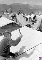 被爆から半年。広島城本丸西側輜重兵補充隊(輜重兵第5連隊)跡に建設が進む簡易住宅(住宅営団の越冬住宅)。罹災者のための公的な住宅建設が計画されたが、資材不足で実現は困難を極めた=広島市基町(現広島市中区)で1946年2月8日ごろ