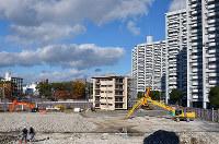 戦後に簡易住宅が建ち並んだ基町は、その後建設されたアパートの取り壊しが始まった=広島市中区で2017年12月5日、山田尚弘撮影