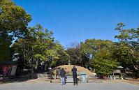 平和記念公園内にある原爆供養塔は1950年に現在の形になった。今も犠牲者が眠る=広島市中区で2017年12月15日、山田尚弘撮影