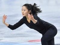 公式練習に臨む白岩優奈=東京都調布市の武蔵野の森総合スポーツプラザで2017年12月20日、手塚耕一郎撮影