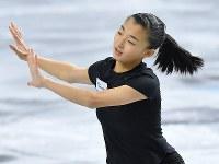 公式練習に臨む坂本花織=東京都調布市の武蔵野の森総合スポーツプラザで2017年12月20日、手塚耕一郎撮影