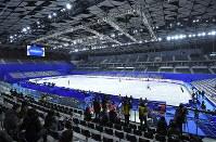 東京2020五輪に向けて新設された「武蔵野の森総合スポーツプラザ」で、初めての競技会となるフィギュアスケート全日本選手権の公式練習に臨む選手たち=東京都調布市で2017年12月20日、手塚耕一郎撮影