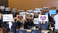 生活保護基準引き下げに反対する院内集会で、反対の意思をプラカードでアピールする参加者たち=東京都千代田区の衆議院第1議員会館で2017年12月19日午後4時24分、西田真季子撮影