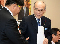 政策協定を結び自民党石川県連の馳浩会長(左)と握手を交わす谷本正憲知事=石川県議会庁舎で石川将来撮影