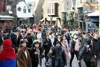 多くの外国人入場者らでにぎわうハリー・ポッターのエリア=大阪市此花区のユニバーサル・スタジオ・ジャパンで2017年12月19日、幾島健太郎撮影