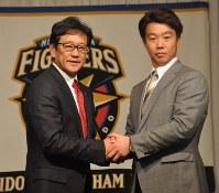 5年ぶりに日本ハムに復帰した鶴岡捕手(右)と栗山監督=札幌市内で