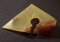 原爆資料館の直下から掘り出された三角定規。熱で変形したとみられる=広島市中区で2017年12月18日、山田尚弘撮影