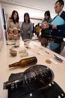 原爆資料館で始まった、同館本館直下から出土した日用品や文房具などの展示=広島市中区で2017年12月21日午前9時32分、山田尚弘撮影