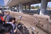 原爆資料館の真下で実施された発掘調査現場。被爆した地表面(手前)などが見える=広島市中区で2016年10月15日、山田尚弘撮影