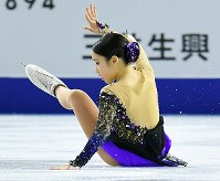 女子SPの演技で転倒する三原舞依=東京都調布市の武蔵野の森総合スポーツプラザで2017年12月21日、手塚耕一郎撮影