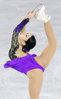女子SPで演技する三原舞依=東京都調布市の武蔵野の森総合スポーツプラザで2017年12月21日、佐々木順一撮影