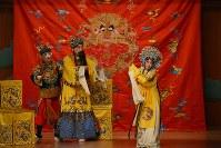 崑劇「長生殿」より=東京都渋谷区の国立能楽堂で2017年12月19日午後8時16分、中村かさね撮影