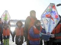 Elementary school children carry some small boats in Hachinohe, Aomori Prefecture, on Dec. 20, 2017. (Mainichi)