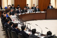 Members of the House of Councillors Commission on the Constitution are seen at a meeting on Dec. 6, 2017. (Mainichi)