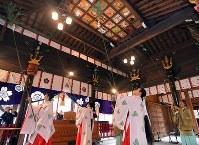 拝殿のすすを払う神職や巫女たち=福岡市博多区の櫛田神社で2017年12月22日午前10時15分、徳野仁子撮影