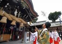 拝殿のすすを払う神職や巫女たち=福岡市博多区の櫛田神社で2017年12月22日午前10時17分、徳野仁子撮影