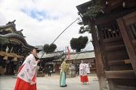 本殿や門にたまった一年間のすすを払う神職や巫女たち=福岡市博多区の櫛田神社で2017年12月22日午前10時19分、徳野仁子撮影