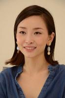 女性の1000年をメークで再現する動画に参加した佐々木あさひさん=中嶋真希撮影