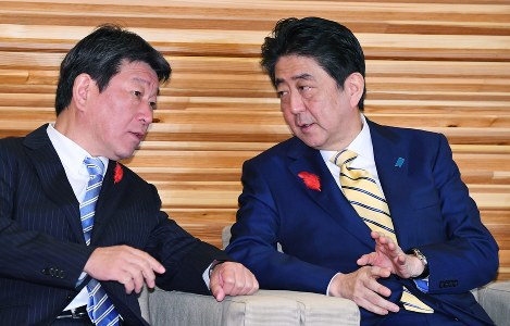 Japanese Prime Minister Shnzo Abe, right, and Economic and Fiscal Policy Minister Toshimitsu Motegi (Mainichi)