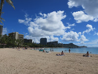 People relax on a beach in Honolulu on Nov. 13, 2017. Pictured in the background to right is Diamond Head. (Mainichi)