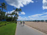 People stroll along the beach in a resort area of Honolulu on Nov. 13, 2017. (Mainichi)