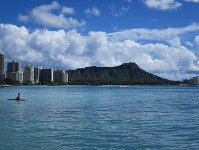 Diamond Head is seen in the distance near a beach resort in Waikiki, Honolulu, on Nov. 13, 2017. (Mainichi)