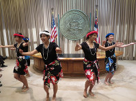 Students perform a hula dance at the office of Hawaii Gov. David Ige on Nov. 14, 2017. (Mainichi)