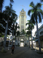 Aloha Tower is seen near Honolulu Harbor on the afternoon of Nov. 14, 2017. (Mainichi)