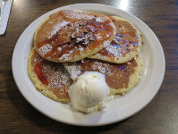A hearty plate of pancakes is served at The Original Pancake House in Honolulu on Nov. 14, 2017. (Mainichi)