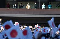 84歳の誕生日を迎えられ、一般参賀に集まった人たちに手を振る天皇、皇后両陛下=皇居で2017年12月23日午前10時23分、宮間俊樹撮影