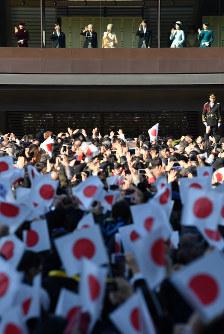 84歳の誕生日を迎えられ、一般参賀に集まった人たちに手を振る天皇、皇后両陛下=皇居で2017年12月23日午前10時22分、宮間俊樹撮影