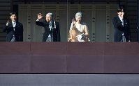 84歳の誕生日を迎えられ、一般参賀に集まった人たちに手を振る天皇、皇后両陛下、皇太子さま、秋篠宮さま=皇居で2017年12月23日午前10時23分、宮間俊樹撮影