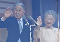 84歳の誕生日を迎えられ、一般参賀に集まった人たちに手を振る天皇、皇后両陛下=皇居で2017年12月23日午前11時3分、宮間俊樹撮影