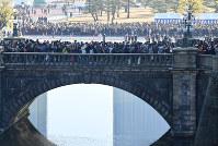 天皇陛下が84歳の誕生日を迎えられ、一般参賀に集まった人たち=皇居で2017年12月23日午前9時32分、宮間俊樹撮影