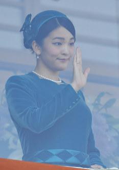 天皇陛下が84歳の誕生日を迎えられ、一般参賀に集まった人たちに手を振る眞子さま=皇居で2017年12月23日午前11時4分、宮間俊樹撮影
