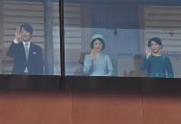 天皇陛下が84歳の誕生日を迎えられ、一般参賀に集まった人たちに手を振る秋篠宮さま、紀子さま、眞子さま=皇居で2017年12月23日午前11時43分、宮間俊樹撮影