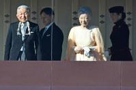84歳の誕生日を迎えられ、一般参賀に集まった人たちの前に出る天皇、皇后両陛下と皇太子ご夫妻=皇居で2017年12月23日午前10時20分、宮間俊樹撮影