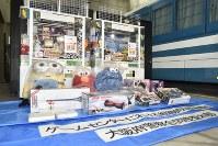 府警が押収したゲーム機と景品=大阪府警南署で2017年12月23日午後6時21分、高嶋将之撮影