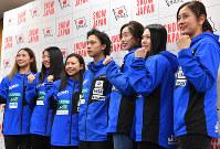 The snowboarders chosen to represent Japan at the Pyeongchang Olympics, from right, Tomoka Takeuchi (ladies' parallel giant slalom), Haruna Matsumoto (ladies' halfpipe), Miyabi Onitsuka (ladies' slopestyle and big air), Ayumu Hirano (men's halfpipe), Kurumi Imai, Sena Tomita (ladies' halfpipe) and Yuka Fujimori (ladies' slopestyle and big air) pose in Tokyo's Shibuya Ward on Dec. 22, 2017. (Mainichi)