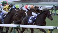 第62回有馬記念(GⅠ)のゴール直前、先頭を走るキタサンブラックと武豊騎手(右)=中山競馬場で2017年12月24日午後3時29分、竹内紀臣撮影