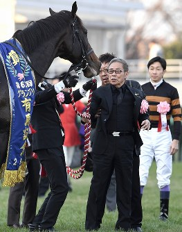 第62回有馬記念(G1)で1着でゴールしたキタサンブラック(左)を祝福するオーナーの北島三郎さん(中央)。右奥は武豊騎手=中山競馬場で2017年12月24日午後3時42分、竹内紀臣撮影