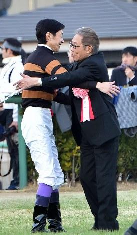 第62回有馬記念(G1)でキタサンブラックに騎乗して1着でゴールした武豊騎手(左)と抱き合うオーナーの北島三郎さん=中山競馬場で2017年12月24日午後3時38分、竹内紀臣撮影