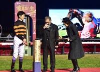 キタサンブラックのお別れセレモニーで、涙を拭う北島三郎さん(中央)と武豊騎手(左)=中山競馬場で2017年12月24日午後5時1分、竹内紀臣撮影