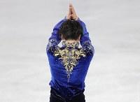 男子フリーの演技を終え、手を合わせる宇野昌磨=東京都調布市の武蔵野の森総合スポーツプラザで2017年12月24日、佐々木順一撮影
