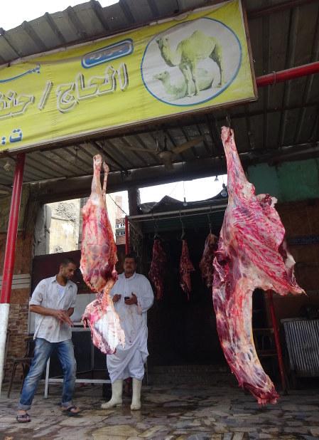 祖父の代からラクダ肉を売るバラカトさんの店。経済難の中、近年は牛肉より安価なラクダ肉が人気という