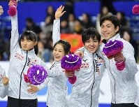 Japanese figure skaters, from left, Kaori Sakamoto, Satoko Miyahara, Shoma Uno and Keiji Tanaka are seen on the ice after they qualified for the Pyeongchang Olympics at Musashino Forest Sport Plaza in the city of Chofu, Tokyo, on Dec. 24, 2017. (Mainichi)
