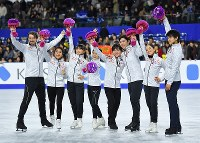 Japanese figure skaters, from left, Chris Reed and Kana Muramoto, who perform together in the ice dance, and Kaori Sakamoto, Satoko Miyahara, Shoma Uno, Keiji Tanaka, Miu Suzaki and Ryuichi Kihara are seen on the ice after they qualified for the Pyeongchang Olympics at Musashino Forest Sport Plaza in the city of Chofu, Tokyo, on Dec. 24, 2017. (Mainichi)