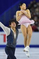 Miu Suzaki, right, and Ryuichi Kihara, who won the pair event, perform in the free program at Musashino Forest Sport Plaza in the city of Chofu, Tokyo, on Dec. 23, 2017. (Mainichi)