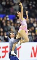 Kana Muramoto, right, and Chris Reed, who won the ice dance event, perform in the ice dance free program at Musashino Forest Sport Plaza in the city of Chofu, Tokyo, on Dec. 24, 2017. (Mainichi)