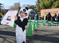 ジャイアントパンダの雌の子ども「シャンシャン」の観覧を終えて笑顔の男の子=東京都台東区の上野動物園で2017年12月19日午前11時56分、宮間俊樹撮影
